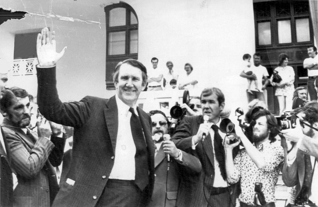 Newly elected Prime Minister, Malcolm Fraser waves to the gathered press at Old Parliament House two days after his election victory, 15 December 1975. Photo: Excapix.
